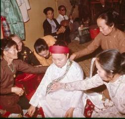 La Ba Dong habillée par les pratiquantes. Les musiciens sont à l'arrière-plan. © Gluntz