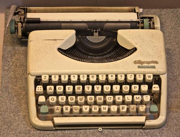 Machine à écrire Olympia Splendid 33, disposition AĐERTY, utilisée au Vietnam dans les années 1960. © Creative Commons