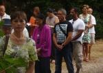 Recueillement devant l'église, avec Mme Tasdebois (en parme)
