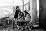 Anaëlle et ses copines dans l'ancienne école. © Laurent Weyl