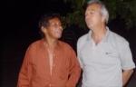 Michel Arnoux n'a pas l'air de croire à l'histoire que lui raconte Mimi Gaze