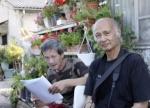 Michel Sylvain en train de lire un document que lui a présenté Jean-Paul Allard