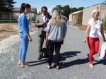 André Forget, de l'équipe municipale, en discussion avec des habitants du CAFI